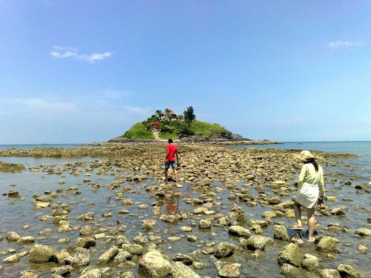Khi thủy triều xuống, du khách có thể đi bộ ra Hòn Bà. Ảnh: panoramio